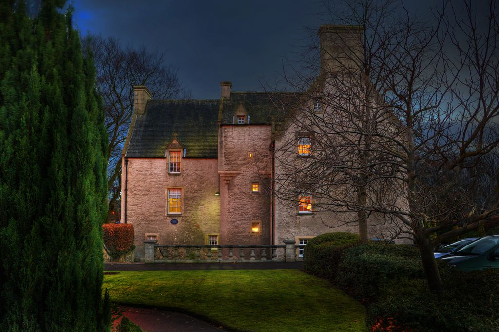 Pilrig House Apartments and grounds at night