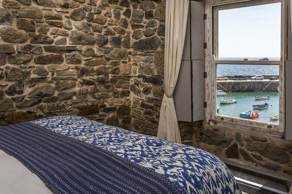 Double bedroom with view out of the window into the harbour