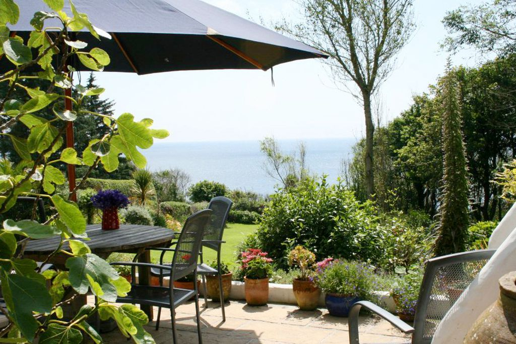 Terrace with view onto the garden and sea