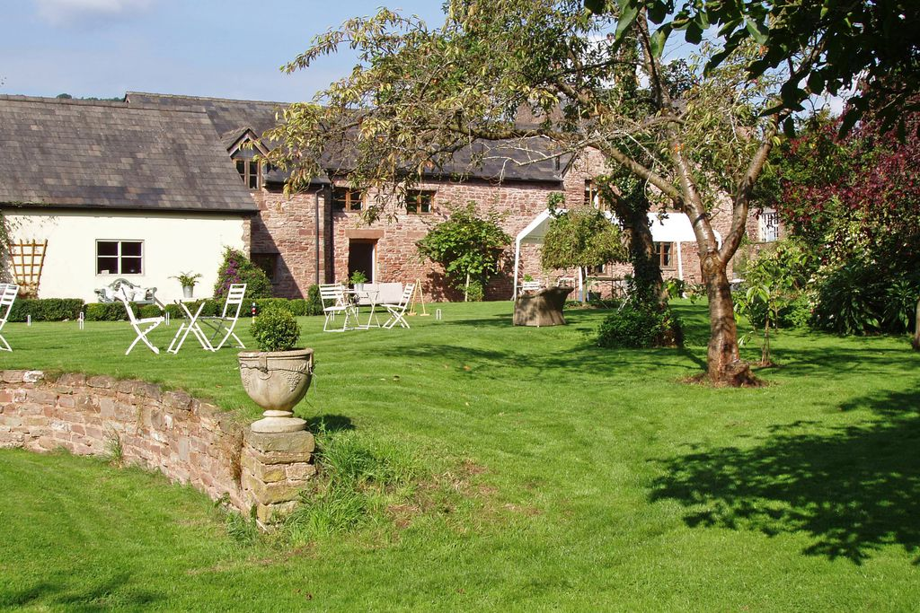 Legg Barn exterior with garden in the sun