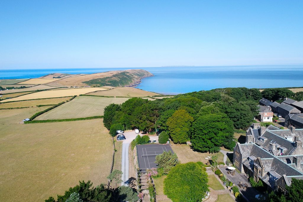 Amity in Georgeham, Devon surrounded by lush green fields and a view towards the turquoise sea in Devon