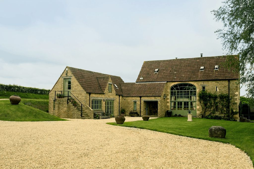 Large drive way leading up to the grand Gilboa Barn in Wiltshire, England
