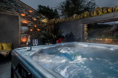 Hot tub breaks for two